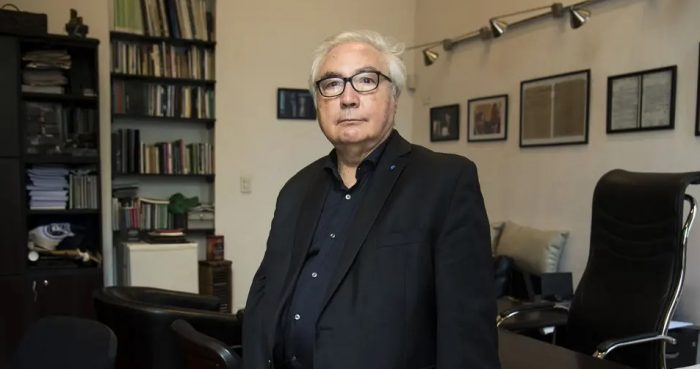 """""""Hay una falta de confianza en la democracia liberal tal y como esta existe"""": el análisis del sociólogo Manuel Castells sobre la crisis política en Chile"""
