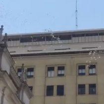 Cientos de panfletos volaron sobre La Moneda pidiendo no más vulneraciones a los Derechos Humanos