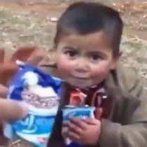 Soldado turco regala chocolate a niño sirio en plena intervención bélica en el país del medio oriente