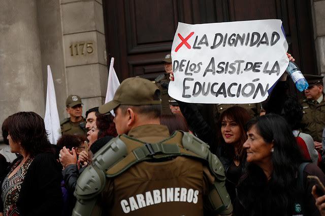 Siguen esperando: cuestionan a Piñera por dilatar promulgación de ley que termina con discriminaciones a asistentes de la educación