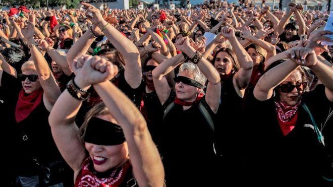 """""""Las Tesis senior"""": cómo la broma de hacer una versión para mayores de 40 de """"Un violador en tu camino"""" se convirtió en un multitudinario evento en Chile"""