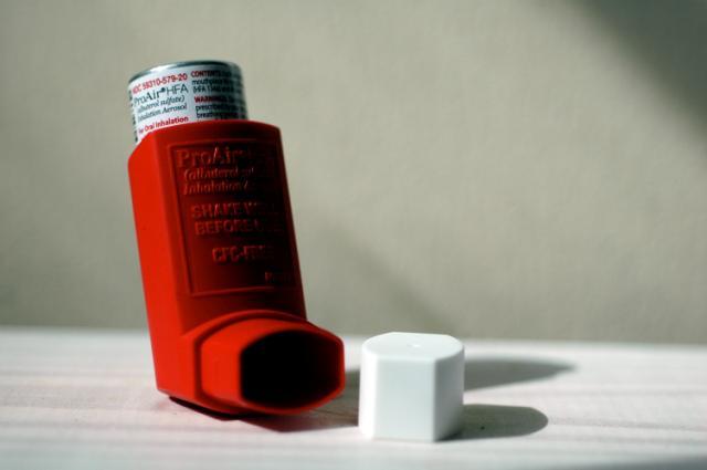 """""""Lo básico nos mata"""": conviviendo con asma severa y la insuficiencia de la salud pública chilena"""