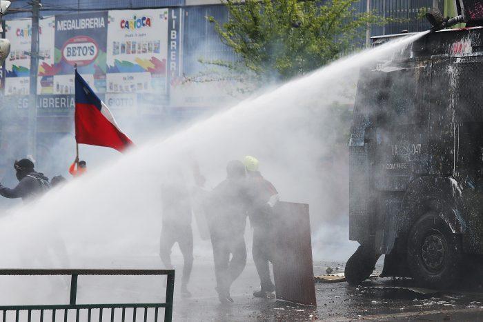 Soda cáustica en carros lanzaaguas de Carabineros: Blumel sale a desacreditar la denuncia y espera informe de la UC