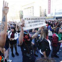 Mujer iba a denunciar una violación cuando fue detenida por Carabineros por no respetar el toque de queda