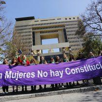 Mujeres y representantes de pueblos originarios se reúnen afuera del Congreso para exigir paridad de género en proceso constituyente
