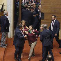 Manifestación de grupo feminista obliga a suspender sesión de la Cámara de Diputados donde se discutía el acuerdo constituyente