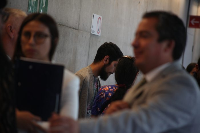 Dos carabineros que fueron formalizados por apremios ilegítimos en Lo Hermida quedan con arresto domiciliario nocturno