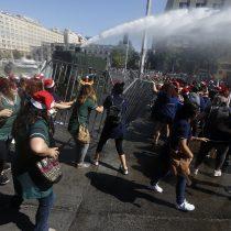 Trabajadoras de Integra realizan manifestación que es dispersada por Carabineros frente a La Moneda
