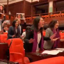 """Turquía: Diputadas entonan """"Un violador en tu camino"""" desde sus escaños en plena sesión del Parlamento"""