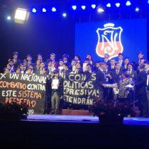 Estudiantes del Instituto Nacional se manifiestan en plena ceremonia de graduación
