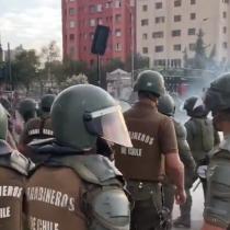Carabineros dispersa a grupo de bailarines que se dirigía a Plaza Italia