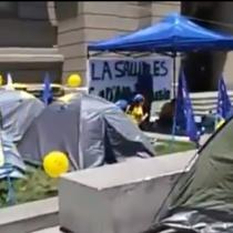 Manifestantes instalan campamento por los DD.HH. en el frontis de los Tribunales de Justicia de Santiago