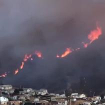 Alerta roja y masiva evacuación: incendio forestal afecta cerros de Valparaíso
