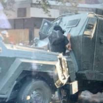 Carro lanzagases choca con otro vehículo policial y atropella a manifestante en Plaza Italia