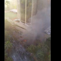 Desconocidos atacaron e incendiaron inmediaciones del Hotel Crowne Plaza en Santiago