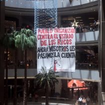 Manifestantes despliegan lienzo gigante al interior del Mall Costanera Center