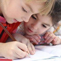 Brechas de género en la educación: docentes interactúan menos con las niñas en clases de matemáticas
