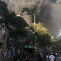 Bomberos combate gran incendio que afecta al Cine Arte Alameda
