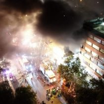 Incendio afectó a al menos ocho locales comerciales en el centro de Santiago