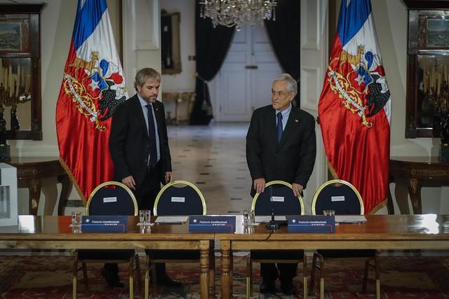 Las contradicciones en La Moneda previo a la firma del decreto para dar el vamos al plebiscito