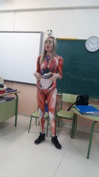 Profesora viral: hace clase con disfraz anatómico del cuerpo humano para enseñar a sus alumnos
