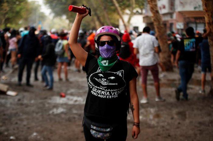 """La """"primera línea"""" de las protestas en Chile también tiene rostro de mujer"""