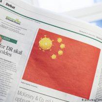 Bandera con virus: los chinos, molestos por una viñeta de un periódico danés