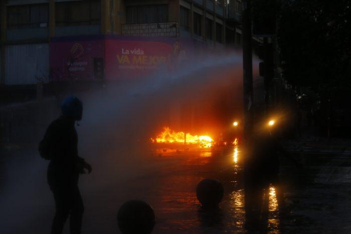 Ataques a comisarías marcan noche de violencia en distintas comunas de Santiago