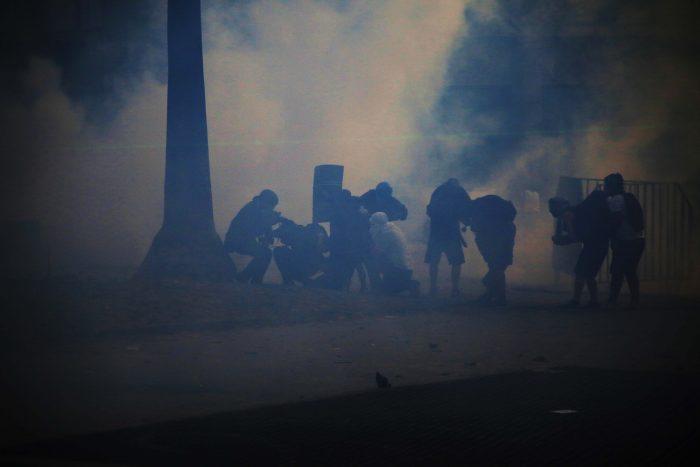 Nueva noche de violencia en Santiago deja un muerto y 3 carabineros heridos