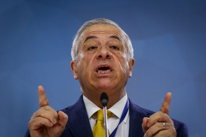Mañalich el terrible: el cuestionado manejo de la crisis sanitaria del protegido del Presidente Piñera