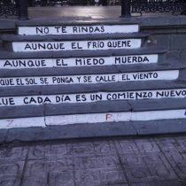Profesor deberá pagar un millón de pesos por escribir un poema de Benedetti en la Plaza de Armas de Talca