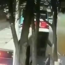 Al menos seis muertos en accidente de autobús atrapado por gigantesco socavón en China