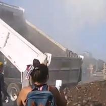 Camión tolva arroja escombros en medio de manifestación en Plaza Italia