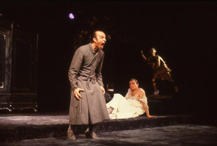 """Exposición fotográfica """"Brantmayer: Fragilidad y Excesos"""": desnudando el alma del teatro chileno"""