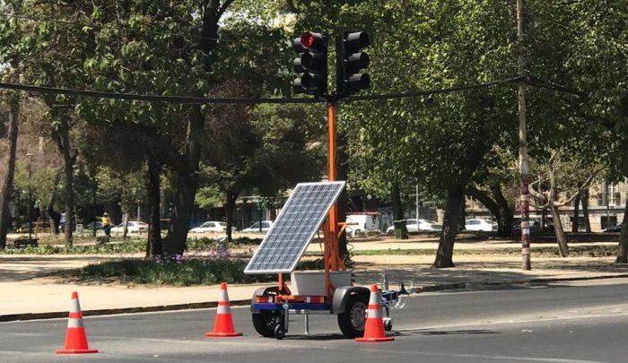 Semáforo móvil llega a nueva comuna para solucionar puntos críticos de tránsito