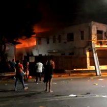 Jornada de violencia en Santiago deja 1 manifestante muerto, 33 carabineros heridos, una gobernación incendiada y supermercados saqueados