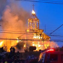 Incendio destruye completamente la histórica Iglesia San Francisco de Ancud