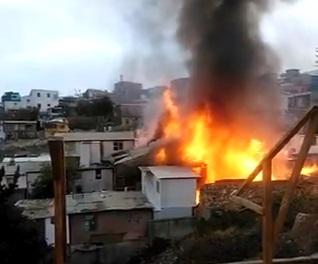 Incendio en Cerro Larraín de Valparaíso deja cinco casas calcinadas