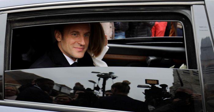 Manifestación obliga a presidente francés Emmanuel Macron a evacuar un teatro parisino