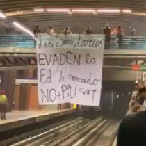 Secundarios replican manifestación matutina en estación del Metro Los Leones y desplegaron lienzo en contra de la PSU en Vicente Valdés