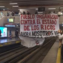 Línea 1 del Metro de Santiago se encuentra cortada por lienzo gigante desplegado por estudiantes en Estación Los Leones
