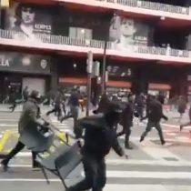 Ultras del Barcelona y el Valencia desatan batalla campal frente al Estadio de Mestalla