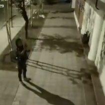 Sospechas sobre Carabineros: Colegio de Profesores difunde video de hombre que colocó propaganda ultraderechista en su sede
