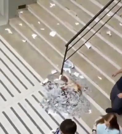 PSU: manifestantes lanzan facsímiles por la ventana en sede de Reñaca