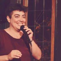 Poesía, teatro, comedia y feminismo: el imperdible stand up comedy de la socióloga Su Opazo