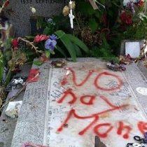 Repudian ofensivo rayado a la tumba de Víctor Jara en el Cementerio General