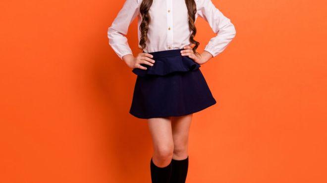 """Vuelta al colegio: las campañas publicitarias con menores """"hipersexualizadas"""" que causan polémica en Chile"""