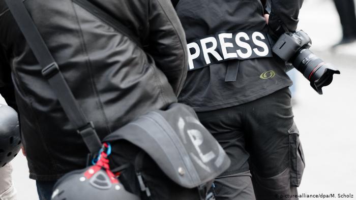 China revoca acreditaciones a tres periodistas del Wall Street Journal