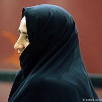 Luchadora iraní contra el velo islámico gana premio de derechos humanos