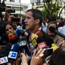 """Guaidó pide a militares hacer menos traumática la """"inevitable"""" transición"""
